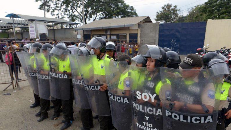 Policías ecuatorianos montan guardia frente a la Cárcel Litoral en Guayaquil, Ecuador, el 30 de mayo de 2019. (MARCOS PIN / AFP a través de Getty Images)
