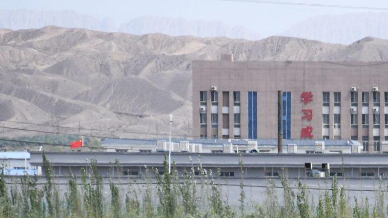 Esta foto tomada el 2 de junio de 2019 muestra la bandera china (i) y los edificios del Centro de Servicios de Formación Educativa de Habilidades Vocacionales de la ciudad de Artux, que se cree que es un campo de reeducación donde están detenidas las minorías étnicas mayoritariamente musulmanas, al norte de Kashgar, en la región noroccidental china de Xinjiang. (Greg Baker/AFP vía Getty Images)