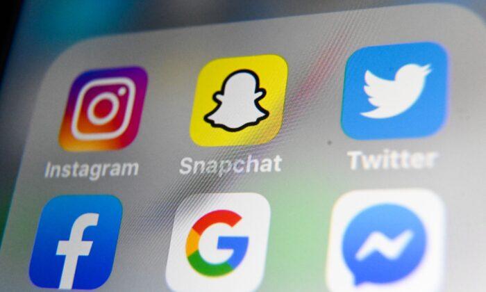 Una foto tomada el 1 de octubre de 2019 en Lille muestra los logotipos de las aplicaciones móviles de Instagram, Snapchat, Twitter, Facebook, Google y Messenger en una tableta. (Denis Charlet/AFP vía Getty Images)
