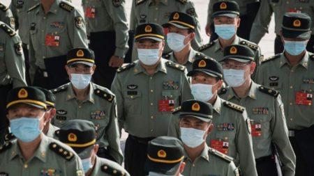 El régimen chino recurrió al ejército para encubrir el virus del PCCh, dice exasesor de Trump