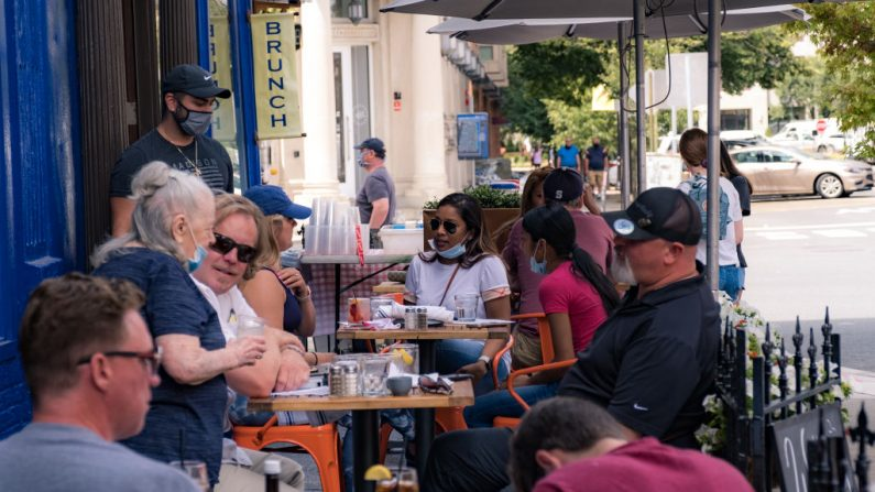 Los clientes almuerzan fuera de un restaurante cuando la ciudad reabre desde el cierre del covid-19 el 15 de junio de 2020 en Hoboken, Nueva Jersey (EE.UU.). (Jeenah Moon / Getty Images)