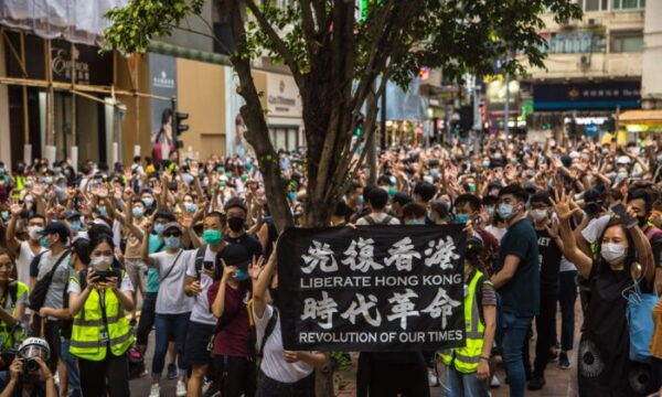 Manifestantes cantan consignas durante un evento contra la nueva Ley de Seguridad Nacional de Beijing en Hong Kong el 1 de julio de 2020. (Dale de la Rey/AFP vía Getty Images)