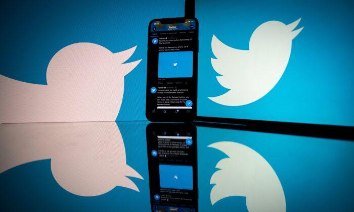 El logotipo de la red social estadounidense Twitter se muestra en la pantalla de un teléfono inteligente y en una tableta, en Toulouse, sur de Francia, el 26 de octubre de 2020. (Lionel Bonaventure/AFP a través de Getty Images)