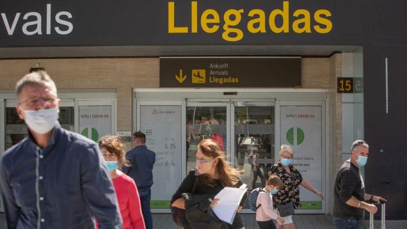 Turistas caminan con su equipaje a su llegada desde diferentes ciudades europeas, especialmente de Reino Unido y Alemania, hasta el aeropuerto Reina Sofía Tenerife-Sur de la isla canaria de Tenerife, España, el 31 de octubre de 2020. (Foto de DESIREE MARTIN / AFP a través de Getty Images)