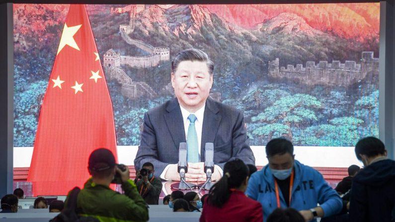 Una pantalla muestra al líder chino Xi Jinping pronunciando un discurso por video para la ceremonia de apertura de la 3a Exposición Internacional de Importaciones de China (CIIE) en un centro de medios en Shanghai, China, el 4 de noviembre de 2020. (STR/AFP vía Getty Images)