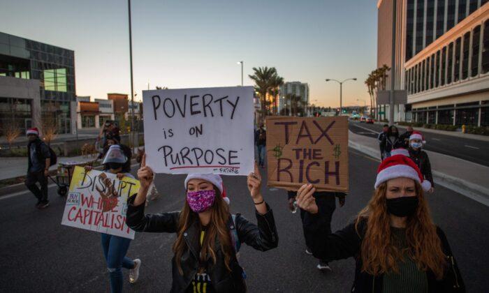 Manifestantes marchan en el barrio de Marina Del Rey de Los Ángeles, durante un mitin de Black Lives Matter, para exigir justicia social, el 19 de diciembre de 2020. (APU GOMES/AFP a través de Getty Images)