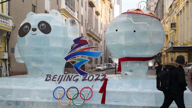 Una escultura de hielo de las mascotas de los Juegos Olímpicos y Paralímpicos de Invierno de Beijing 2022 en una calle de Harbin, ciudad de la provincia nororiental china de Heilongjiang, el 28 de diciembre de 2020. (STR/AFP vía Getty Images)