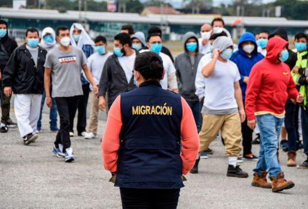 Los migrantes guatemaltecos deportados de Estados Unidos, caminan a su llegada a la Base de la Fuerza Aérea en la Ciudad de Guatemala, Guatemala, el 6 de enero de 2021. (Foto de Orlando Estrada / AFP a través de Getty Images)