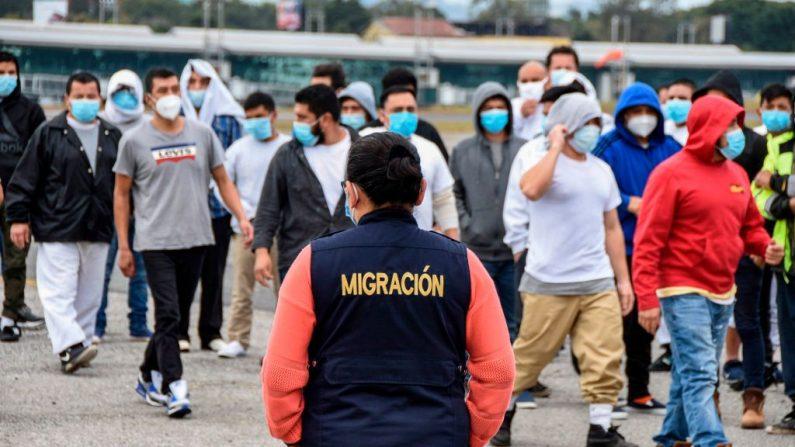 Los migrantes guatemaltecos deportados de Estados Unidos, caminan a su llegada a la Base de la Fuerza Aérea en la Ciudad de Guatemala, Guatemala, el 6 de enero de 2021. (Orlando Estrada / AFP vía Getty Images)