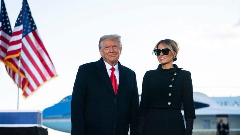 El presidente saliente Donald Trump y la primera dama Melania Trump se dirigen a los invitados en la base conjunta Andrews en Maryland, el 20 de enero de 2021. (Alex Edelman/AFP a través de Getty Images)
