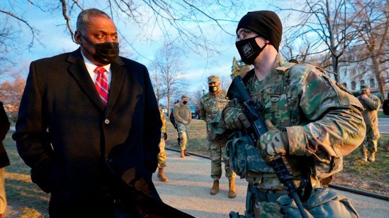 El secretario de Defensa, Lloyd Austin, visita a las tropas de la Guardia Nacional desplegadas en el Capitolio, el 29 de enero de 2021 en Washington, Estados Unidos. (Manuel Balce Ceneta/POOL/AFP vía Getty Images)