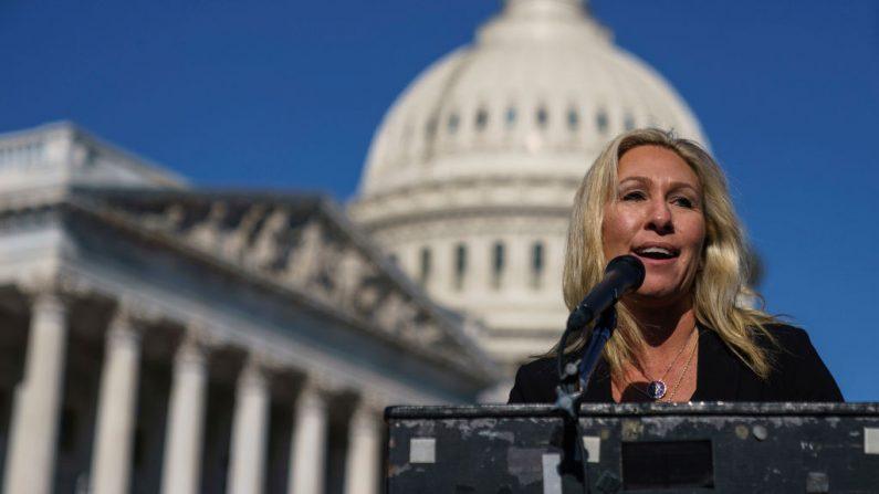 La representante Marjorie Taylor Greene (R-GA) habla durante una conferencia de prensa fuera del Capitolio de los Estados Unidos el 5 de febrero de 2021 en Washington, DC. (Foto de Drew Angerer/Getty Images)