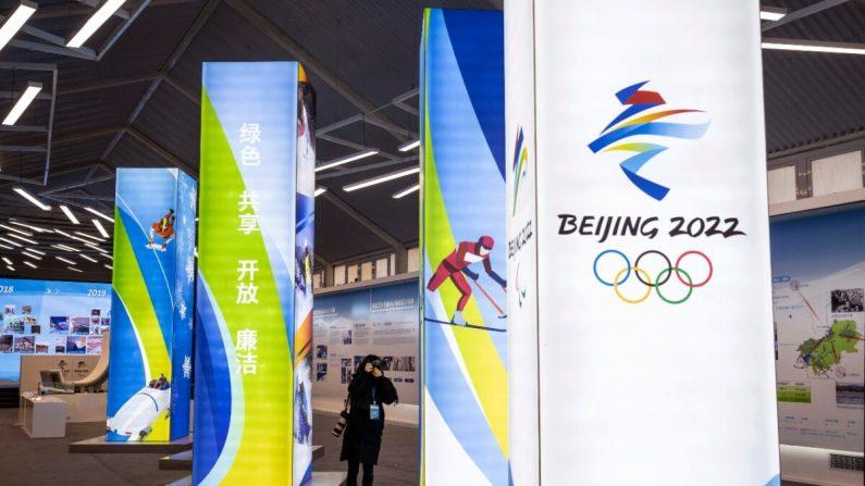 Un periodista toma fotografías de una exhibición en el centro de exposiciones de los Juegos Olímpicos de Invierno de Beijing 2022 en el distrito de Yaqing en Beijing, China, el 5 de febrero de 2021. (Kevin Frayer/Getty Images)