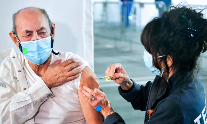 Directora de los CDC: Recientes avances contra COVID-19 se podrían perder por las nuevas variantes