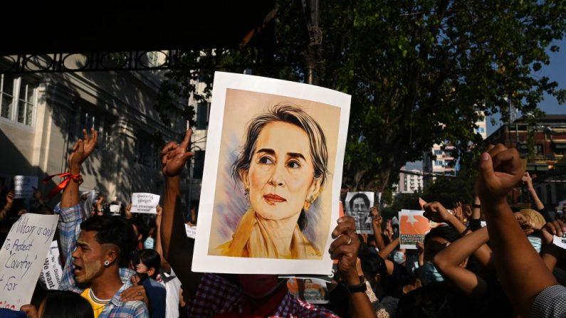 Un manifestante sostiene un retrato de la líder de facto Aung San Suu Kyi durante una manifestación contra el golpe militar en Rangún, Birmania, el 8 de febrero de 2021. (Foto de STR / AFP a través de Getty Images)