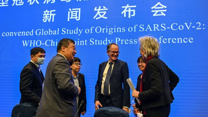 Peter Ben Embarek (C) habla con Liang Wannian (Izq.) y Marion Koopmans (Der.) después de una conferencia de prensa para concluir una visita de un equipo internacional de expertos de la Organización Mundial de la Salud (OMS) en la ciudad de Wuhan, en la provincia china de Hubei, el 9 de febrero de 2021. (Foto de HECTOR RETAMAL/AFP a través de Getty Images)