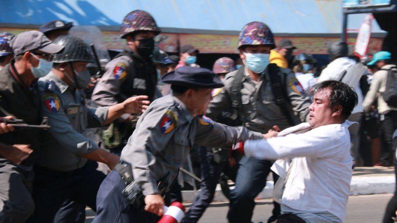 La policía arresta a un manifestante durante una manifestación contra el golpe militar en Mawlamyine, en el estado de Mon, el 12 de febrero de 2021. (Foto de STR / AFP a través de Getty Images)