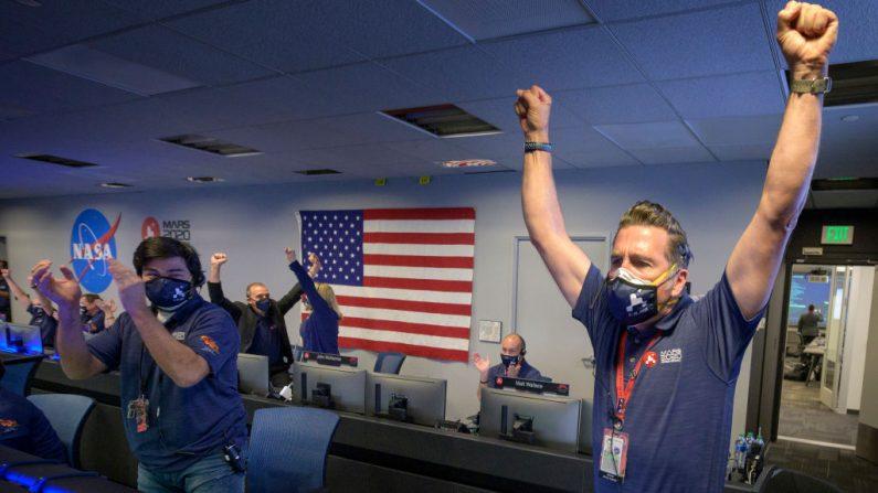 En esta imagen proporcionada por la NASA, los miembros del equipo del rover Perseverance de la NASA reaccionan en el control de la misión después de recibir la confirmación de que la nave aterrizó con éxito en Marte, el 18 de febrero de 2021 en el Laboratorio de Propulsión a Chorro de la NASA en Pasadena, California (EE.UU.). (Foto de Bill Ingalls / NASA a través de Getty Images)
