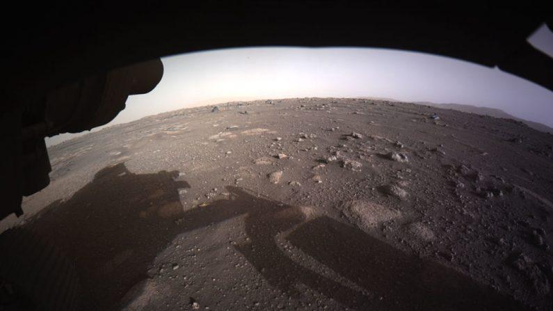 En esta imagen proporcionada por la NASA, la primera imagen en color de alta resolución enviada por Hazard Cameras (Hazcams) en la parte inferior del rover Perseverance Mars de la NASA después de su aterrizaje en el área conocida como cráter Jezero el 18 de febrero de 2021 en el planeta Marte. (Foto de NASA a través de Getty Images)