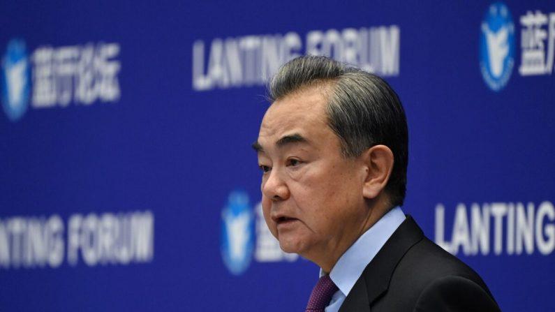 El ministro de Relaciones Exteriores de China, Wang Yi, habla en el Foro Lanting sobre las relaciones entre China y Estados Unidos en Beijing, China, el 22 de febrero de 2021. (Greg Baker/AFP a través de Getty Images)