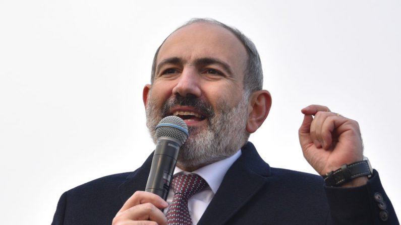El primer ministro armenio, Nikol Pashinián, se dirige a sus partidarios reunidos en la Plaza de la República en el centro de Ereván el 25 de febrero de 2021. (Karen Minasyan / AFP a través de Getty Images)