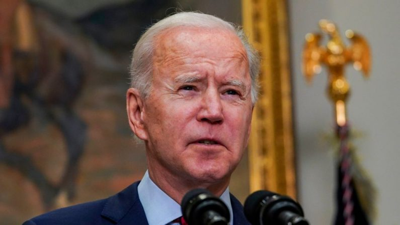El presidente de EE. UU., Joe Biden, habla sobre el Plan de Rescate Estadounidense desde la Sala Roosevelt de la Casa Blanca en Washington, DC, el 27 de febrero de 2021. (Foto de ANDREW CABALLERO-REYNOLDS/AFP vía Getty Images)