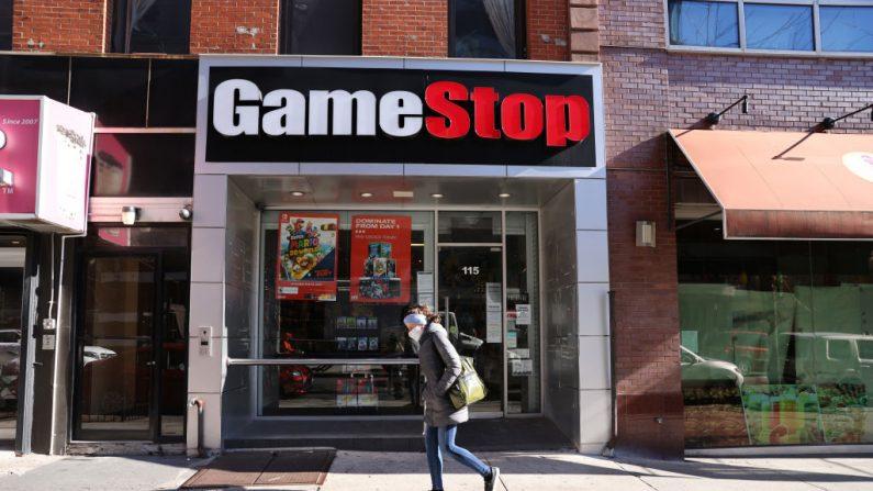 Una transeúnte pasa por una tienda GameStop en Brooklyn, el 28 de enero de 2021, en la ciudad de Nueva York. (Spencer Platt/Getty Images)