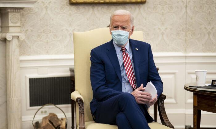 El presidente Joe Biden se reúne con senadores de ambos partidos para hablar sobre la necesidad crítica de invertir en infraestructura estadounidense moderna y sostenible, en la Oficina Oval de la Casa Blanca, el 11 de febrero de 2021, en Washington, D.C. (Doug Mills-Pool/Getty Images)