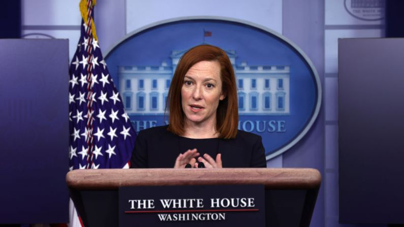 La secretaria de Prensa de la Casa Blanca, Jen Psaki, habla durante una sesión informativa en la Sala de Prensa James Brady de la Casa Blanca, el 12 de febrero de 2021, en Washington, D.C. (Foto de Alex Wong/Getty Images)