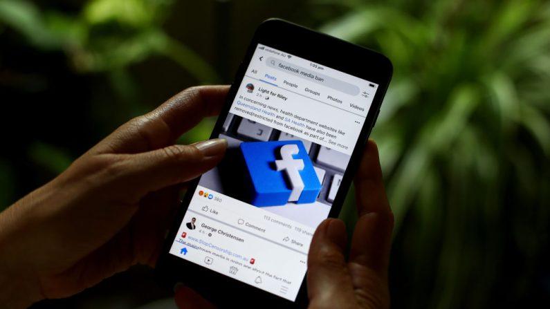 En esta foto, una ilustración informa sobre la prohibición de noticias de Facebook sobre contenido australiano e internacional el 18 de febrero de 2021 en Sídney, Australia. (Brendon Thorne/Getty Images)