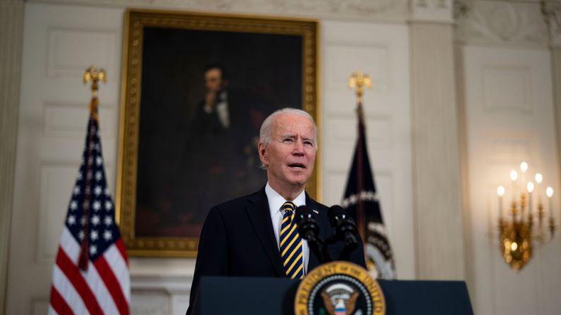 El presidente de EE. UU., Joe Biden, habla en un evento para firmar una Orden Ejecutiva en materia de economía con la vicepresidenta Kamala Harris, el 24 de febrero de 2021, en la Casa Blanca en Washington, D. C. (Foto de Doug Mills-Pool/Getty Images)