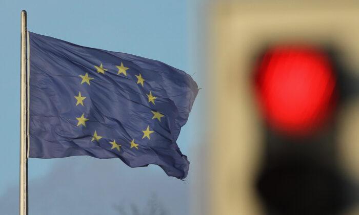 Una bandera de la Unión Europea ondea al viento cerca de un semáforo en rojo en Berlín, Alemania, el 30 de noviembre de 2011. (Sean Gallup/Getty Images)
