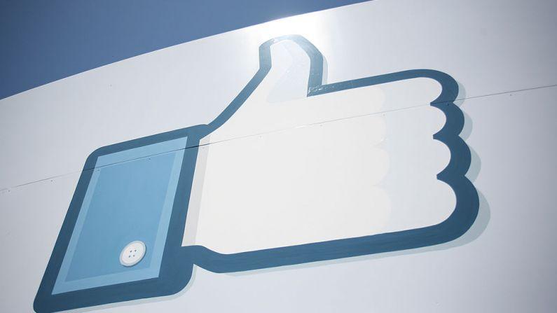 """Un logotipo del botón """"Me gusta"""" de Facebook se ve en la entrada de la sede de Facebook en Menlo Park, el 10 de mayo de 2012, en California. (KIMIHIRO HOSHINO/AFP/GettyImages)"""