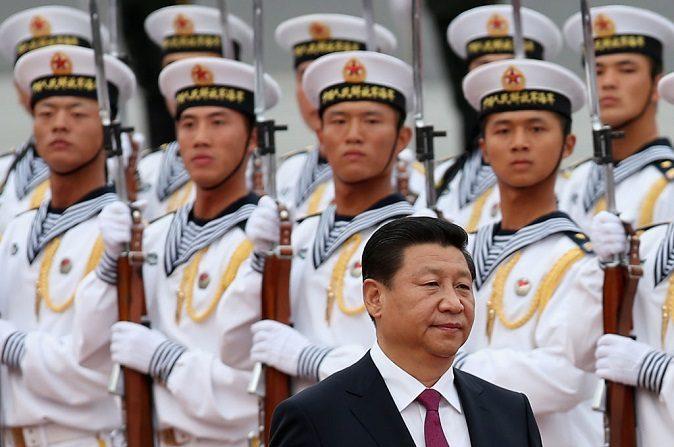 Soldados de la armada del Ejército Popular de Liberación de China de una guardia de honor miran al presidente chino Xi Jinping durante una ceremonia de bienvenida al rey Hamad Bin Isa Al Khalifa de Baréin fuera del Gran Salón del Pueblo el 16 de septiembre de 2013 en Beijing, China. (Feng Li/Getty Images)