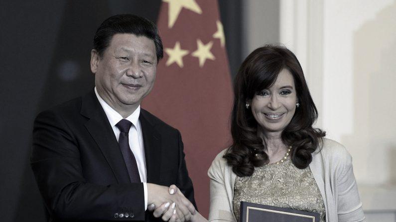 El presidente de China, Xi Jinping y la presidenta de Argentina, Cristina Fernández de Kirchner, se dan la mano luego de firmar acuerdos bilaterales en el Palacio de Gobierno de Buenos Aires el 18 de julio de 2014. (JUAN MABROMATA/AFP a través de Getty Images)