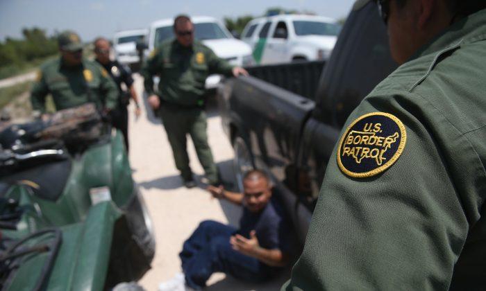 Detienen a más de 180 migrantes en un solo día en casas de seguridad en Texas