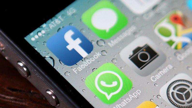 Aplicaciones de Facebook y WhatsApp en un iPhone, el 19 de febrero de 2014, en San Francisco. (Justin Sullivan/Getty Images)