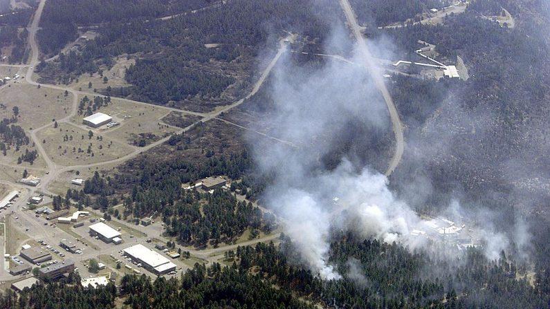 """Vista aérea tomada el 12 de mayo de 2000, de una sección del Laboratorio Nacional de Los Álamos, Nuevo México,EE.UU., denominada """"Área Técnica 16"""", donde los científicos especializados en armamento almacenan y utilizan el uranio en sus investigaciones. La zona está rodeada por el incendio de Cerro Grande. (Hector Mata/AFP via Getty Images)"""