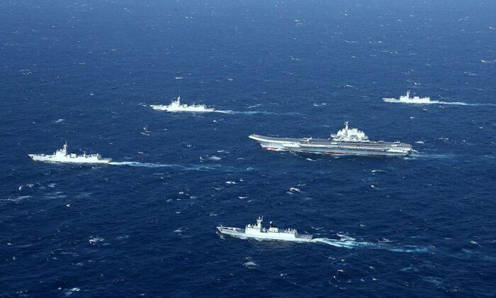 Una formación de la armada china, incluido el portaaviones Liaoning (centro), durante unos simulacros militares en el mar de China Meridional el 2 de enero de 2017. (STR/AFP a través de Getty Images)