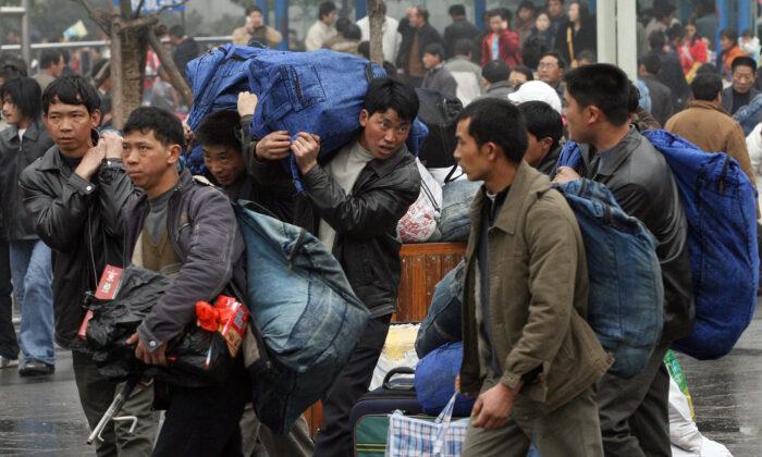 Al no poder ganarse la vida en el campo chino, muchos jóvenes acuden a las grandes ciudades para realizar labores como trabajadores migrantes. (MARK RALSTON/AFP vía Getty Images)