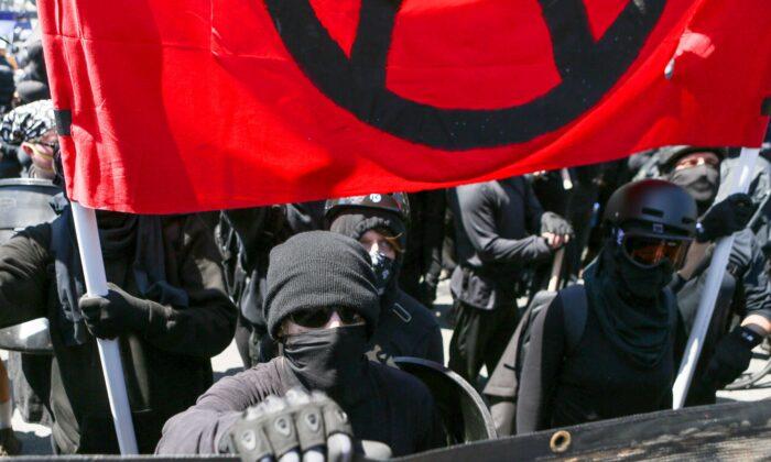 Extremistas de Antifa en Berkeley, California, el 27 de agosto de 2017. (Amy Osborne/AFP a través de Getty Images)