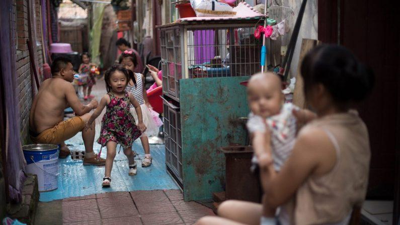 Una familia en una aldea de migrantes en las afueras de Beijing el 17 de agosto de 2017. (Nicolas Asfouri/AFP/Getty Images)