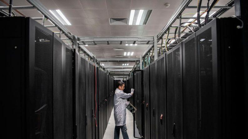 Un ingeniero de Huawei abre la puerta de una unidad de servidor para mostrar durante un recorrido organizado en el laboratorio de seguridad cibernética del campus de producción de la compañía en Dongguan, cerca de Shenzhen, China, el 25 de abril de 2019. (Kevin Frayer/Getty Images)