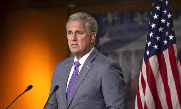 El líder de la minoría de la Cámara de Representantes, Kevin McCarthy (R-Calif.), habla durante una conferencia de prensa semanal, en Capitol Hill, en Washington, el 3 de diciembre de 2020. (Tasos Katopodis/Getty Images)