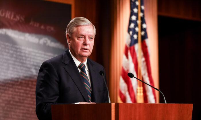 El senador Lindsey Graham (R-S.C.) habla con la prensa en el Capitolio de EE. UU. el 7 de enero de 2021. (Charlotte Cuthbertson/The Epoch Times)