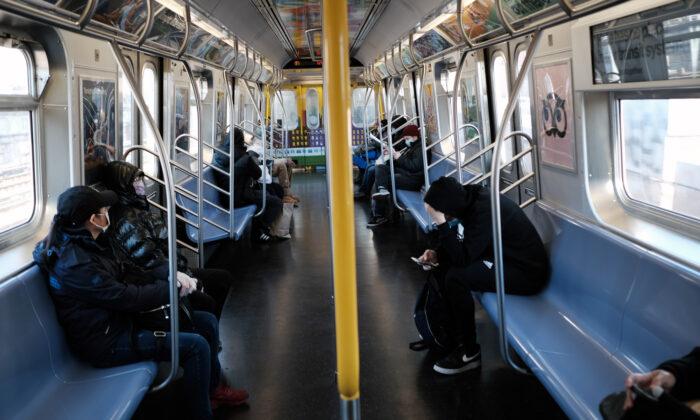 Un vagón de metro en una estación de Brooklyn en Nueva York el 18 de noviembre de 2020. (Spencer Platt/Getty Images)