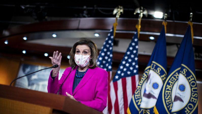 La presidente de la Cámara de Representantes, Nancy Pelosi (D-Calif.), habla en una conferencia de prensa semanal en el Capitolio de Estados Unidos, en Washington, el 25 de febrero de 2021. (Al Drago/Getty Images)