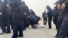 Policía china golpea a residentes que protestaban por planta de aguas negras, incluida una embarazada