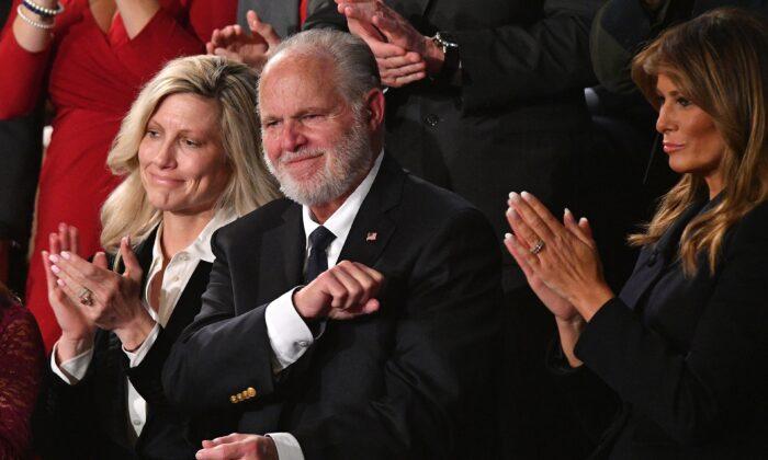 La personalidad de la radio, Rush Limbaugh, agita su puño mientras es reconocido por el presidente Donald Trump durante el discurso del Estado de la Unión en el Capitolio en Washington, D.C., el 4 de febrero de 2020. (MANDEL NGAN/AFP vía Getty Images)