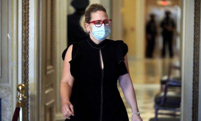 La senadora estadounidense Kyrsten Sinema en el Capitolio de Estados Unidos el 13 de febrero de 2021. (GREG NASH/POOL/AFP a través de Getty Images)